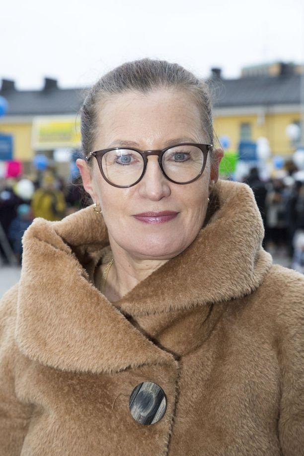 Helsingin kasvatuksen ja koulutuksen toimialan apulaispormestari Pia Pakarinen (kok).
