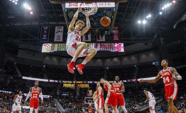 Lauri Markkanen roikkui viime yönä Hawksin korissa kuusi kertaa.