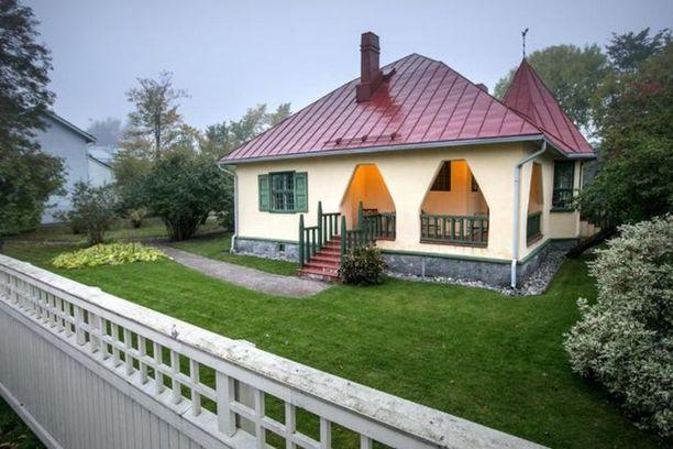 Huvilan rakennutti porvoolainen lehtori, tohtori Edvard Rindell vuonna 1904. Sen jälkeen talolla on ollut neljä omistajaa.