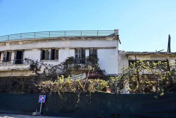 Varoshan talot ja muut rakennukset rappeutuvat hylättyinä.