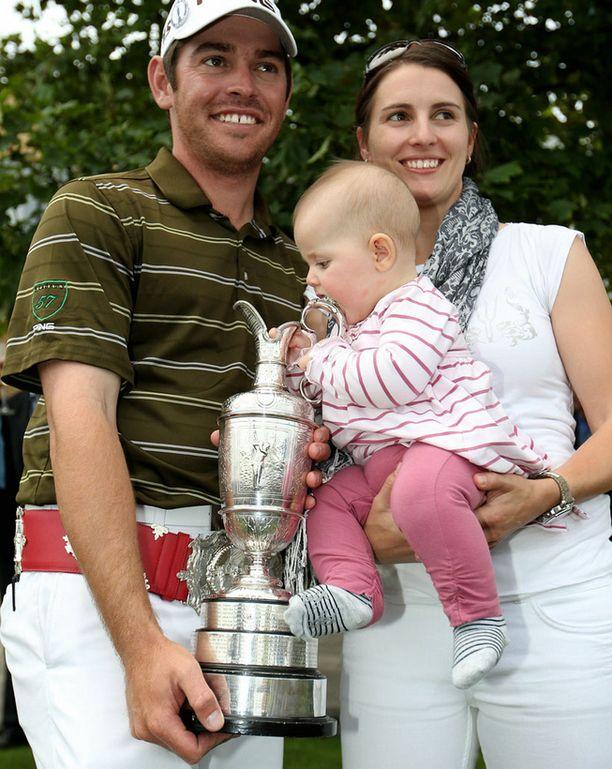 Louis Oosthuizen juhli voittoa vaimonsa Nel-Maren ja Jana-tyttärensä kanssa.