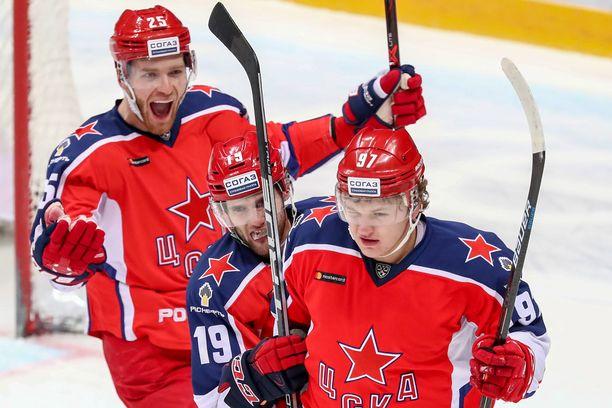 Kirill Kaprizov (etualalla) tykitti viime kaudella 30 maalia ja voitti KHL:n maalikuninkuuden.