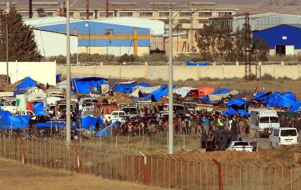 Syyrialaispakolaisia sunnuntaina lähellä Jordanian rajaa. Jordania ilmoitti viikonloppuna aloittavansa humanitaarisen avun tuomisen Syyrian puolelle.