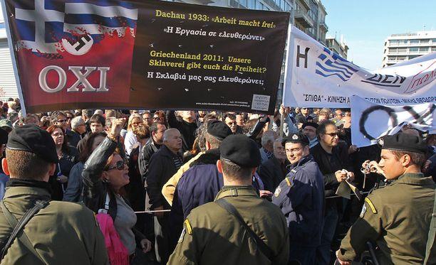 Toisen maailmansodan symbolit on kaivettu esiin Kreikan mielenosoituksissa.