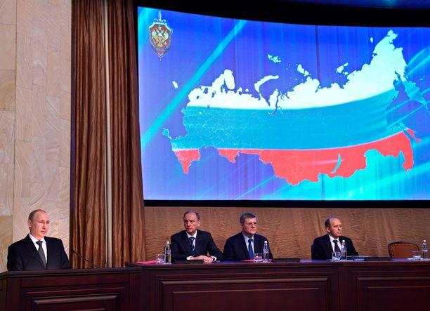 Presidentti Putin puhui Venäjän turvallisuusneuvoston kokouksessa Moskovassa maaliskuussa. Vieressä kuunteli neuvoston pääsihteeri Nikolai Patrushev.