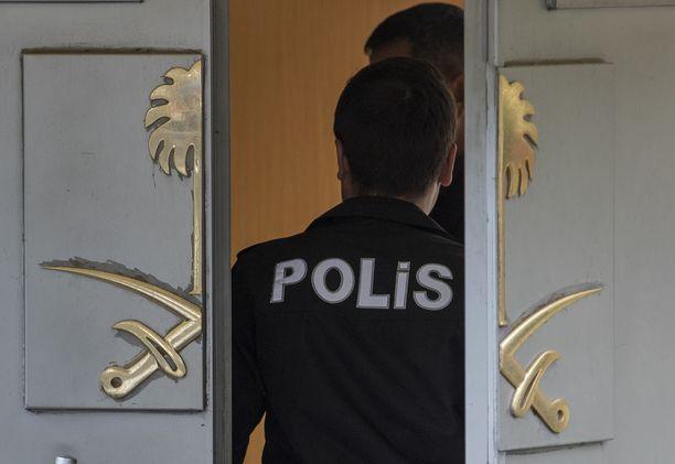 Saudi-Arabian ja muiden maiden välinen kiista juontaa kadonneeseen sauditoimittajaan. Kuva Saudi-Arabian konsulaatista Istanbulista Turkista, jossa katoaminen tapahtui.