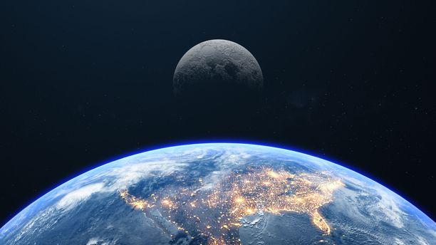 Kuu aiheuttaa Maassa muun muassa vuorovesi-ilmiön.