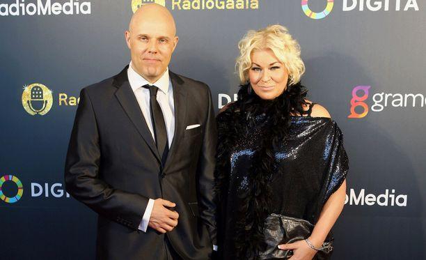 Aki Linnanahde ja Minna Kuukka juontavat radio Novan aamulähetystä.