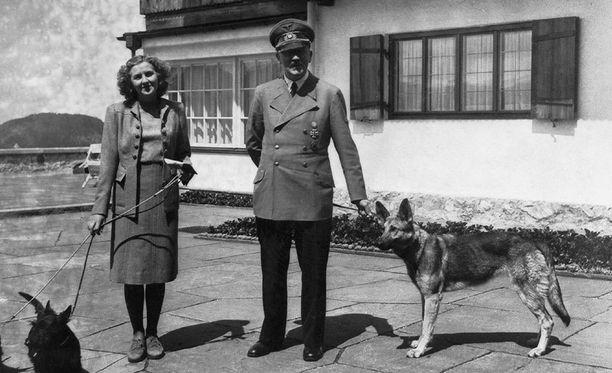 Eva Braun ja Adolf Hitler lemmikkeineen viihtyivät Berghofissa.