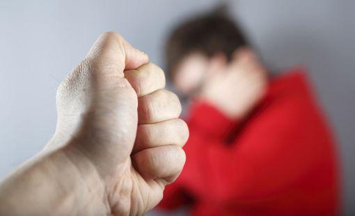 Nuorten välisissä seurustelusuhteissa tapahtuva väkivalta vaihtelee tutkimuksen mukaan häirinnästä, kontrolloinnista ja uhkailusta lyömiseen sekä vakavampaan fyysiseen ja seksuaaliseen väkivaltaan. Kuvituskuva.