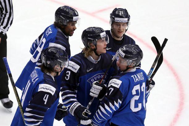 Anttoni Honka (keskellä) laukoi Suomen ensimmäisen maalin Sveitsin nuottaan.