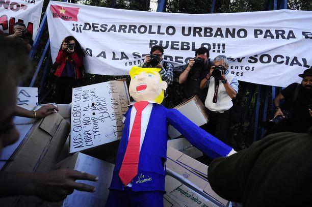 Meksikolaiset vastustavat Trumpin uhkausta rakentaa muuri maiden rajalle.