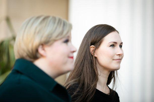 Hallituksen budjettiriihi jatkui tiistaina Säätytalolla.  Pääministeri Sanna Marin (sd) totesi, että ratkaistavana on poikkeuksellisen hankalia kysymyksiä. Kuvassa myös keskustan puheenjohtaja, tiede- ja kulttuuriministeri Annika Saarikko.