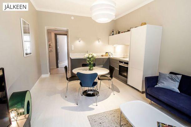 Sänky pois ja keittiö tilalle. Tältä uusi olohuoneen ja keittiön yhdistelmä näyttää.