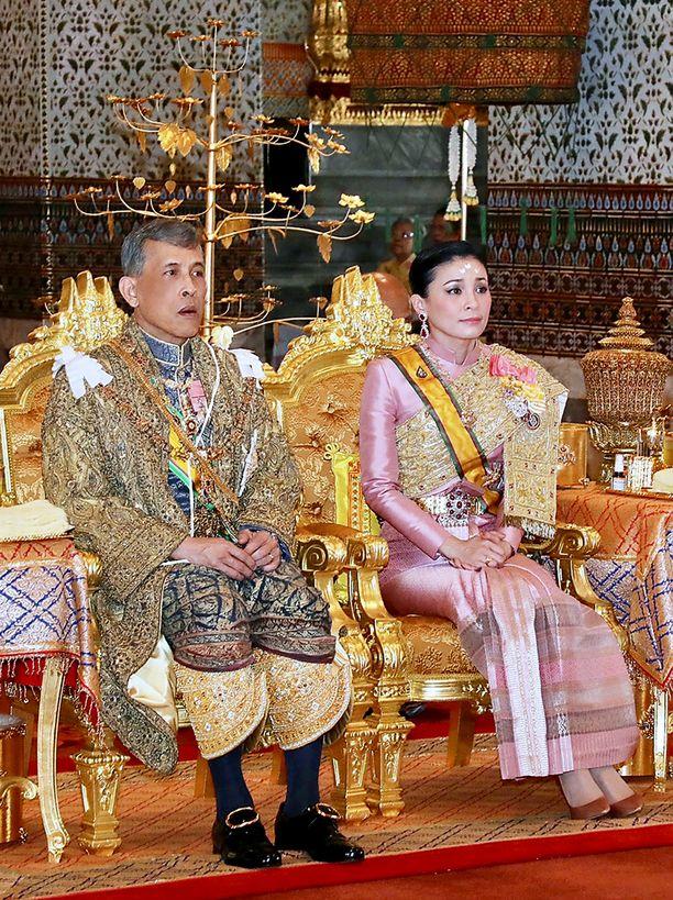 Kuvassa Thaimaan kuningas Rama X ja kuningatar Suthida.