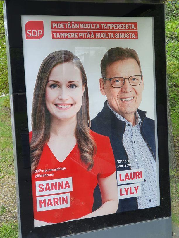 SDP:n puheenjohtajan Marinin ja Tampereen pormestarin Lauri Lylyn (sd) kuntavaalimainontaa Tampereella.