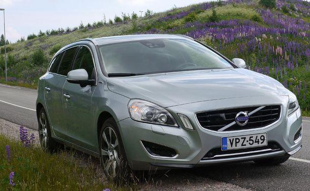 Ulkoapäin et erota hybridi-Volvoa normiautosta muusta kuin latausluukusta.