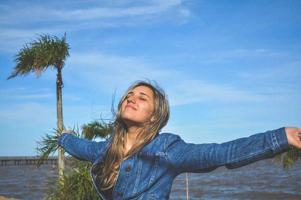 Aurinko voi vaurioittaa ihoa ympäri vuoden, myös talvella ja pilvien läpi. Aurinkovoide kannattaa lisätä omaan ihonhoitorutiiniin viimeistään nyt.