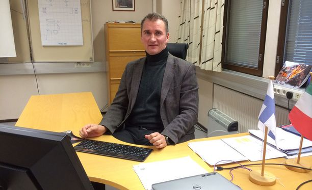 Kari Harila työpöytänsä ääressä Sako Oy:n toimitiloissa Riihimäellä.