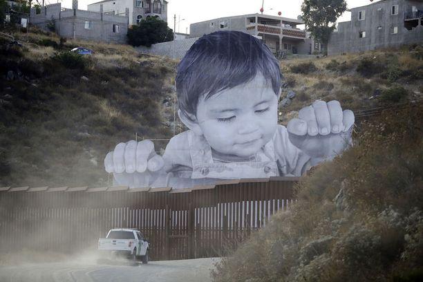 Taaperon kuva on jo olemassa olevalla muurinpätkällä Meksikon ja Yhdysvaltojen välillä.