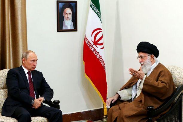 Ajatollah Khamenei tapasi Venäjän presidentin Vladimir Putinin Teheranissa keskiviikkona.
