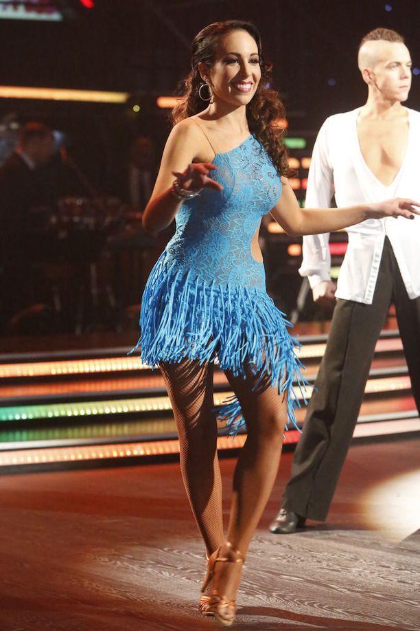 Toisesta lähetyksestä alkaen Janna tanssi selkä teipattuna.