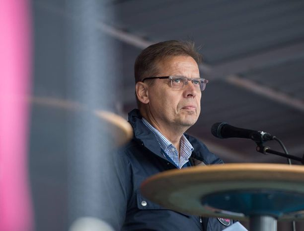 """SAK:n puheenjohtaja Lauri Lylyn mukaan Sipilän hallituksessa on puolueita, joilla on """"haukka-asenne"""". Kuva perjantain mielenilmauksesta."""