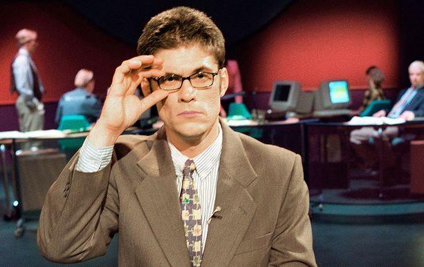 Tommi Korpelan näyttelemä hahmo uutisstudiossa.