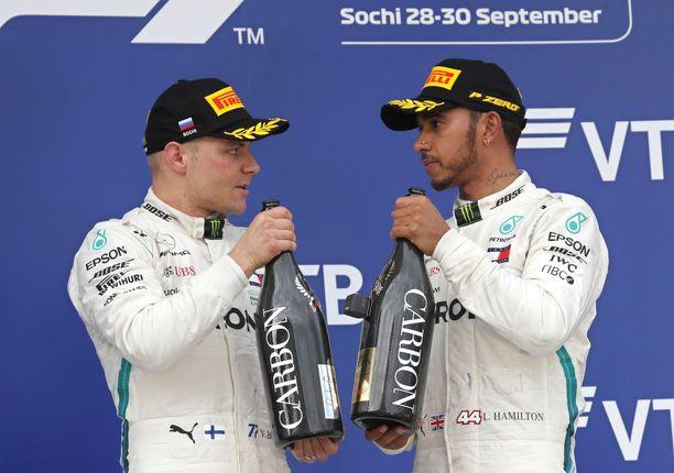 Hamilton ja Bottas juhlivat kaksoisvoittoa Sotshissa.
