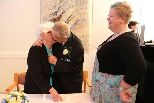 Hemmin tyttärentytär Anna-Reeta Pakarinen on onnellinen pappansa uuden rakkauden puolesta.