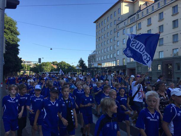 Vuoden 2017 Helsinki Cupin perinteinen avajaiskulkue Kansalaistorilta Helsingin jäähallille. Arkistokuva.