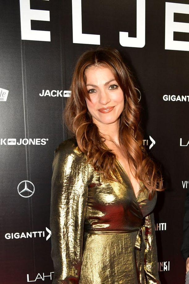 Näyttelijä Jenni Banerjeen kultaisen asun jujuna oli rohkea delkotee.
