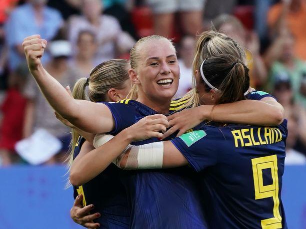 Juhliiko Ruotsi ja hyvässä vireessä ollut Stina Blackstenius (kuvassa keskellä) keskiviikkona MM-finaalipaikkaa?