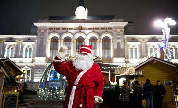 Joulupukki voi tuoda lahjat reellään suurimpaassa osassa Suomea, mutta Etelä-Suomessa maa on lumeton.