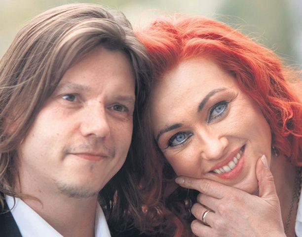 Saija Varjus ja Petri Hämäläinen lupasivat rakastaa toisiaan myötä- ja vastoinkäymisissä.