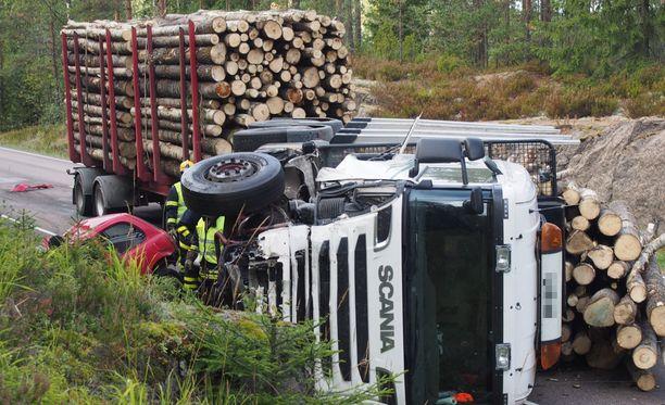 Henkilöauton kuljettaja sai surmansa välittömästi törmättyään tukkirekkaan.