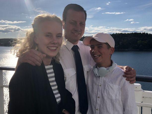 Mikko Leino lastensa kanssa Viking Mariellan kannella.
