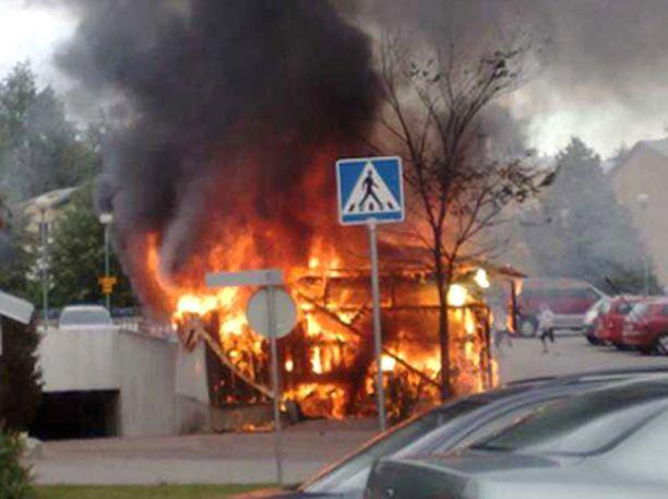 Myös Vantaan Nissaksessa paloi roskakatos tiistaina.
