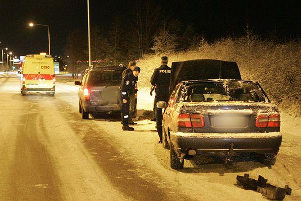 Auto törmäsi perheen henkilöautoon Lentokentäntiellä.