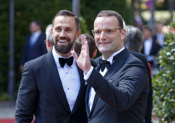 Jens Spahn (oikealla) ja hänen aviomiehensä Daniel Funke.
