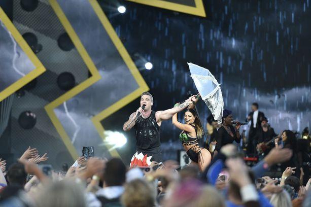 Robbie Williams kertoi nähneensä suomalaisten tanssia.Se on sellaista humalaisten hoipertelua.