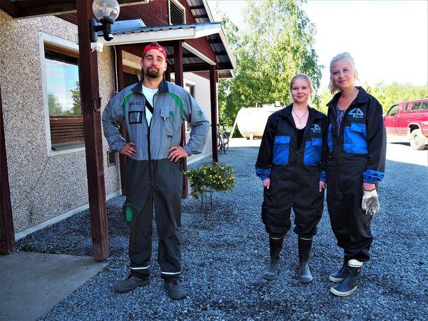 Kuvassa Antti-Jussi morsianehdokkaidensa Kian ja Petran kanssa.
