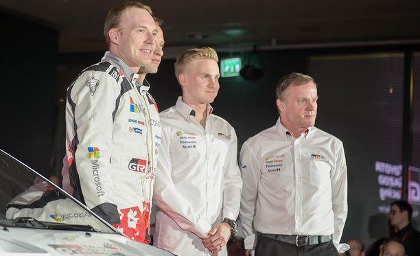 Jari-Matti Latvala (vas.), Juho Hänninen ja Esapekka Lappi muodostavat Toyotan suomalaisen kuskitrion. Oikealla tallipäällikkö Tommi Mäkinen.