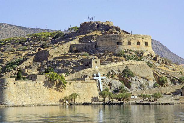 Risti rannassa muistuttaa menneisyydestä ja saarelle haudatuista leprapotilaista.