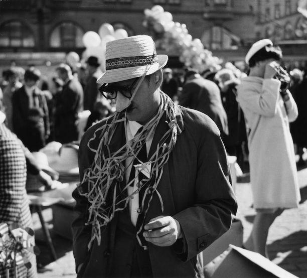 Mies tekonenässä ja -viiksissä Helsingin kauppatorilla vuonna 1966.