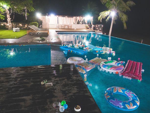 Resortin uima-allasta pidemmälle saarelaisilla on harvoin asiaa.