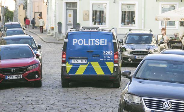 Tallinnan poliisi sai ryöstöpaikalta lukuisia vihjeitä miehistä. Lisäksi poliisi sai haltuunsa videokameran, jolla ryöstäjät olivat tarkkailleet taloa.
