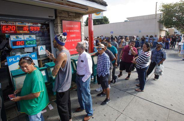 Lottohuumaa Yhdysvalloissa. Kalifornialaiseen kuponkeja myyvään kauppaan jonotti tiistaina satoja ihmisiä.