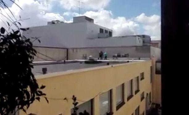 Pojat ovat hyppineet myös kauppakeskus Linnan katolta vieressä sijaitsevan rakennuksen kattotasanteelle.