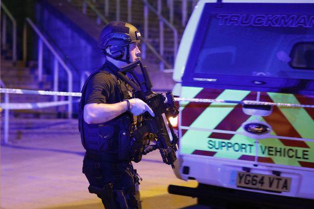 Poliisi saapui paikalle raskaasti aseistettuna.
